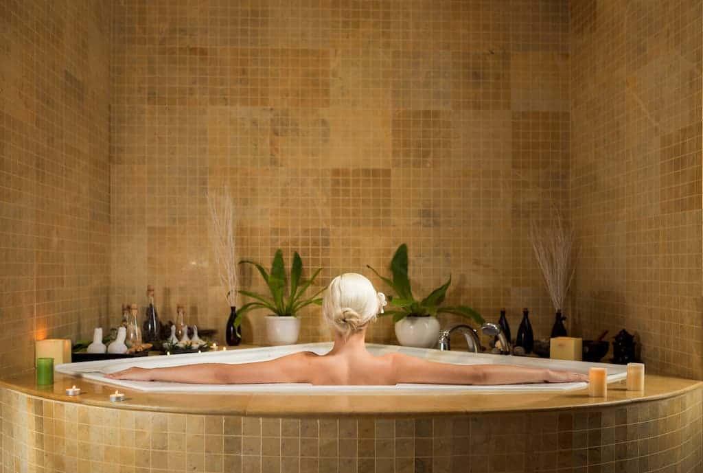 6 buenas razones para darte un baño aromático